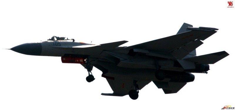 两架最新国产歼15飞鲨舰载机再出试飞猛照