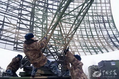 解放军兵王摔下雷达天线昏迷 病床上想改进方案