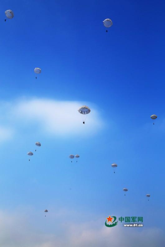 原标题:中国空降兵数千新兵首次进行大飞机跳伞      图片说明:离机瞬间。   战歌如雷,马达怒吼,英勇的空降兵飞向敌后1月13日,鄂北腹地某军用机场战歌如雷,空降兵某师正在组织数千新兵进行首次大飞机跳伞训练。
