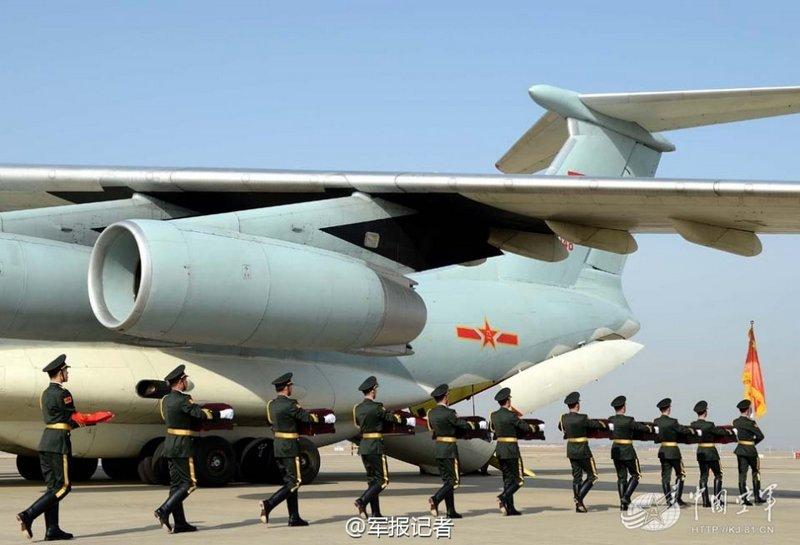 韩国仁川国际机场68具志愿烈士遗骸由中方礼兵护送登上中国空的