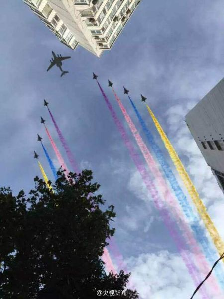 楔字队形就是形成箭头形状,图为23日阅兵空中编队
